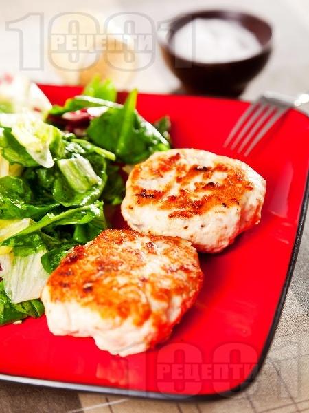 Пържени кюфтета от пилешка кайма с хляб, яйце и лук - снимка на рецептата